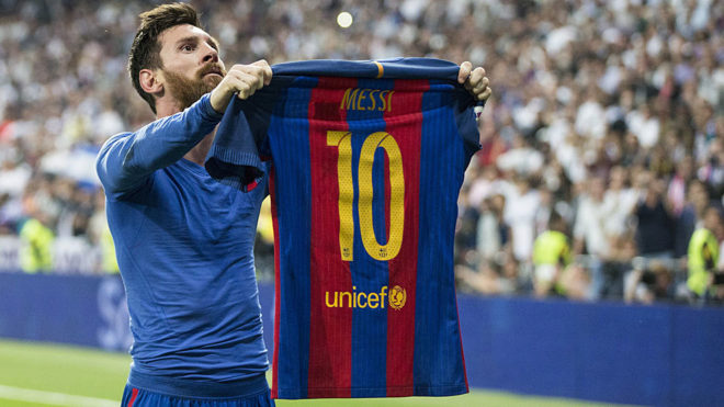 Messi shows his jersey to the Bernabéu after scoring a last-minute winner